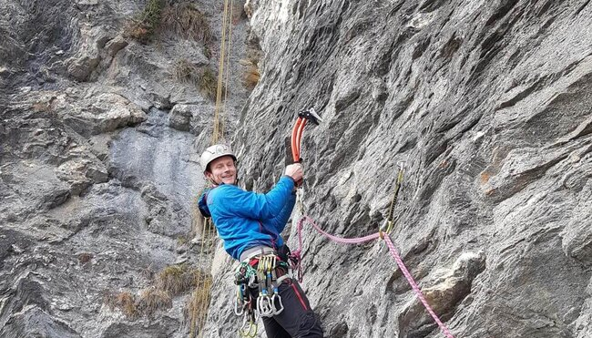 Drytooling-Kurs: mit Steigeisen und Eisgerät im steilen Fels