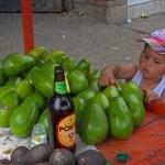 Junge berührt Frucht