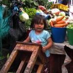kleines Mädchen auf Chiquinquira in Kolumbien