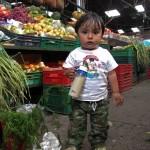kleiner Junge auf Markt