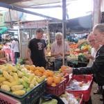 ASI Team beim Früchte kaufen