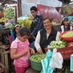 Freundliche Verkäuferin im Markt