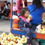 kleines Kind isst Apfel