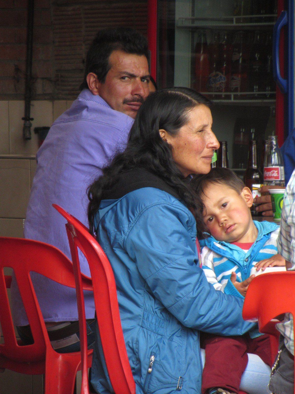 Kind auf Schoß von Mutter