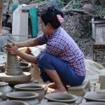 Dame beim Töpfern in Myanmar
