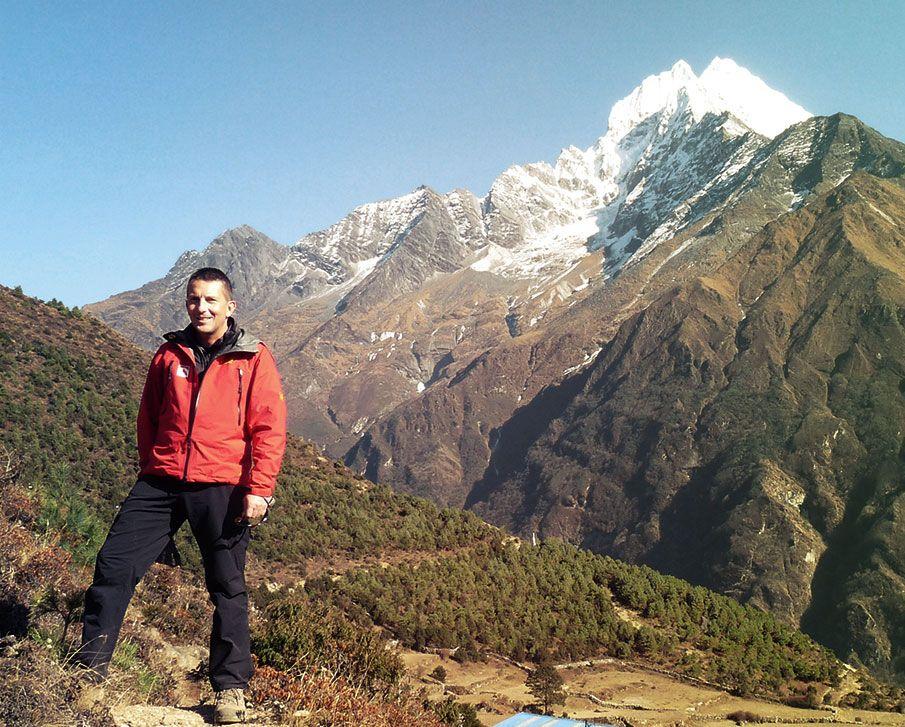 Bernhard in Nepal. Der gewaltige Mount Everest ist im Hintergrund zu sehen.