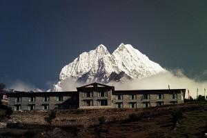 Eine Unterkunft im Nepal, der Mt. Everest ist im Hintergrund zu sehen.