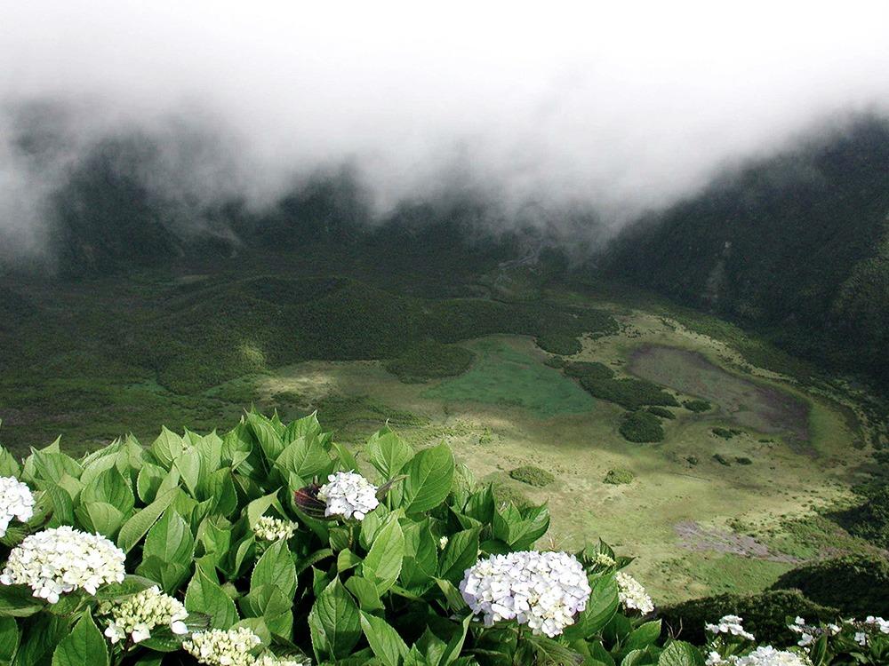 Blick auf den Riesenkrater von Faial.