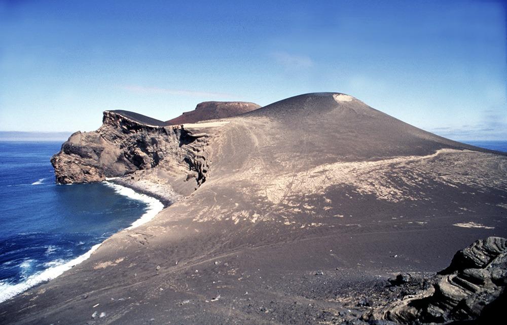 1957 stieg der Vulkan Capelinhos kurz vor der Küste Faials aus dem Meer empor und wuchs im Laufe der Zeit er mit der Küste von Faial zusammen.