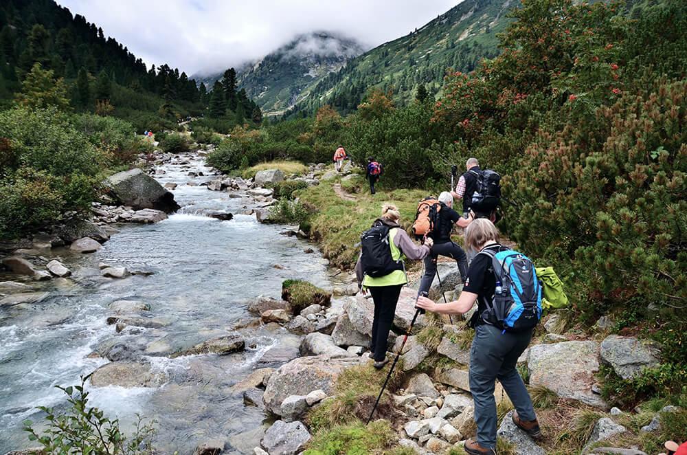 Wandergruppe bei Fluss