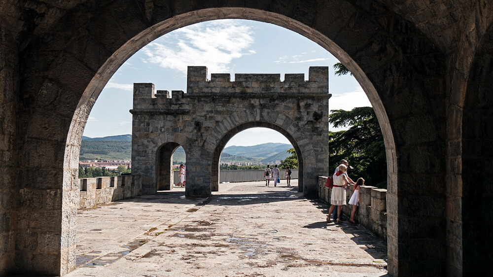 Auf der Stadtmauer in Pamplona