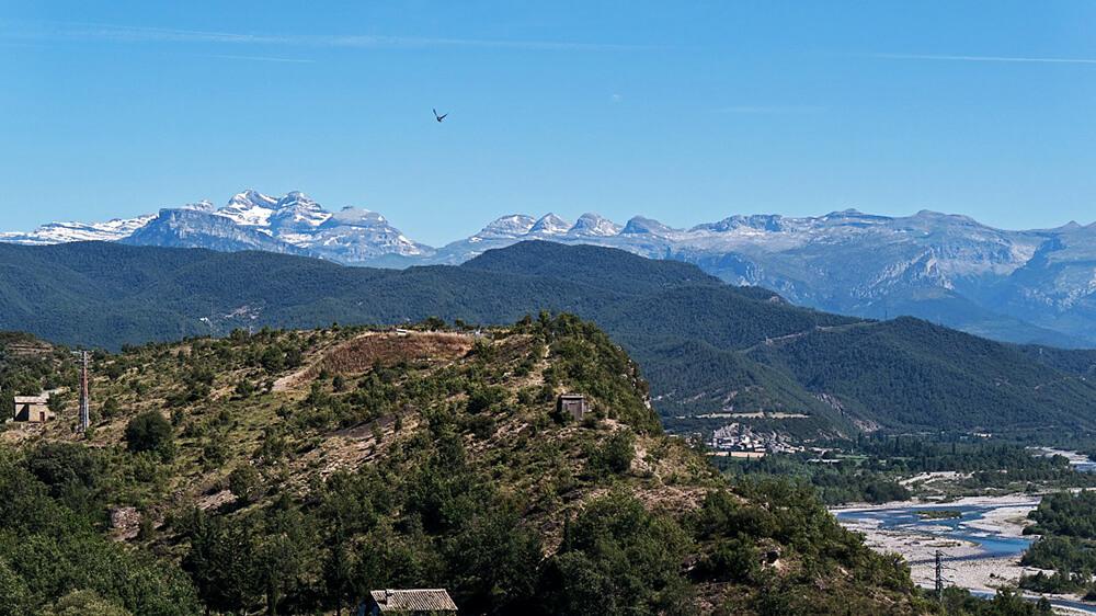 Ausblick vom Kirchturm auf die Pyrenäen