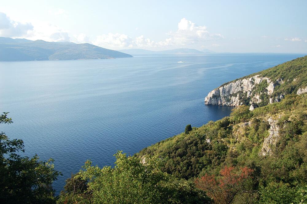 Das Blau des Meeres in Istrien so weit das Auge reicht.