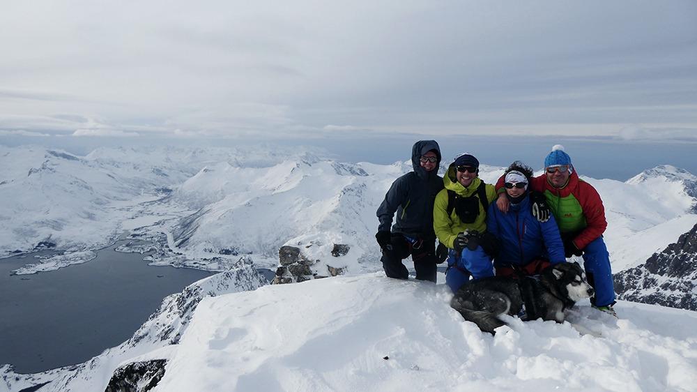 Gipfelfoto mit dem ständigen Begleiter Malamut Iluk in der ersten Reihe.