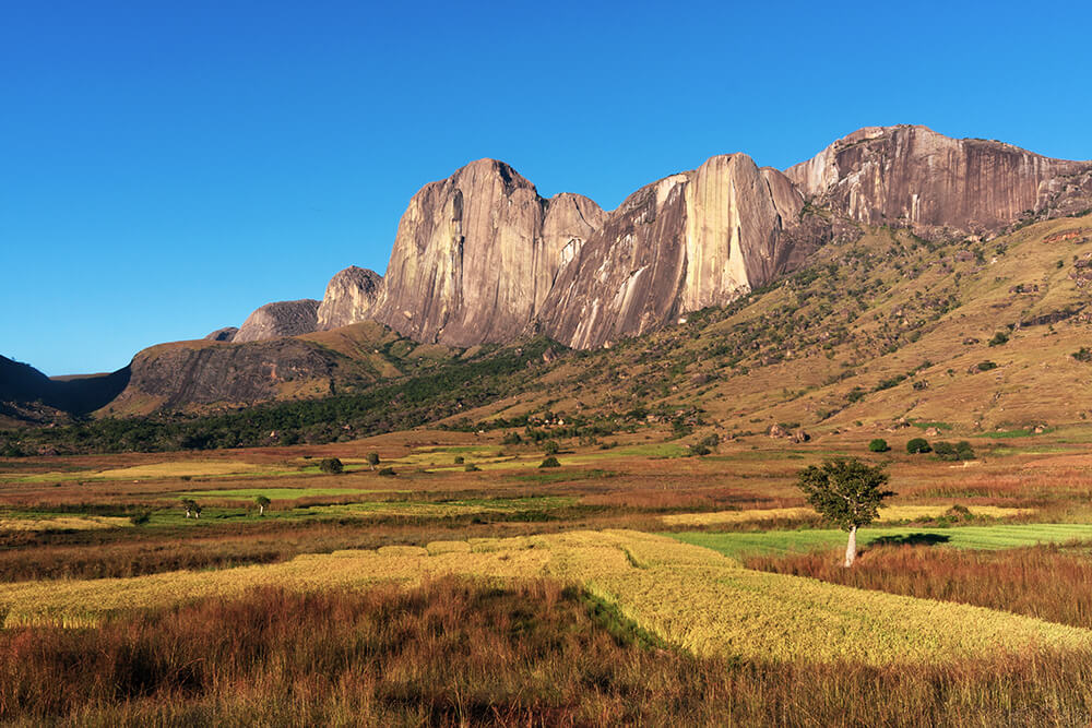 Die 800 m hohen Tsaranoro Felswand zieht Kletterer aus aller Welt an.