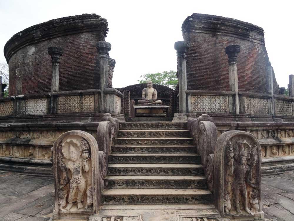 Auf dem Rad geht es durch die Ruinen des Königpalastes von Polonnaruwa