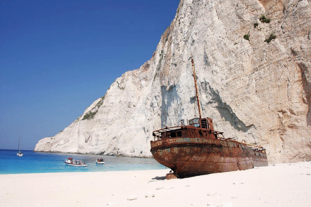 Das Wrack in der Bucht von Navagio. Man erzählt sich viele Geschichten über das Schmugglerschiff.
