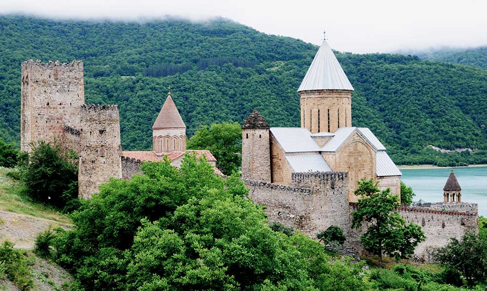Die Wehrkirche Ananuri aus dem 17. Jahrhundert. Teile der Festung sind schon älter.