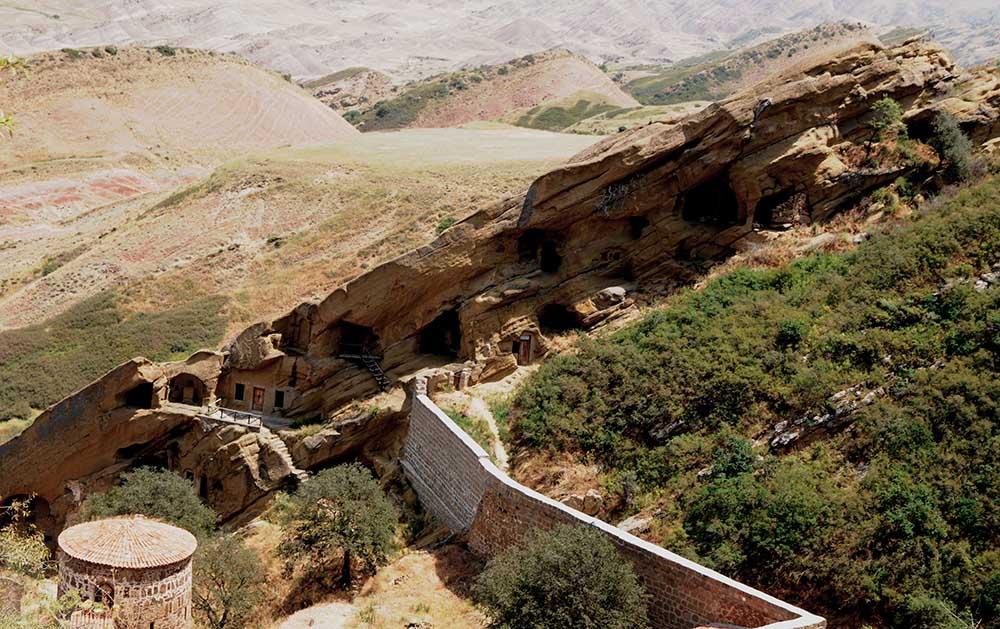 Im Höhlenkloster Dawit Garedscha befinden sich in mehreren Hügel die Kapellen und Gebäude des Klosters. Das Kloster aus dem 6. Jahrhundert ist das älteste Kloster in Georgien.