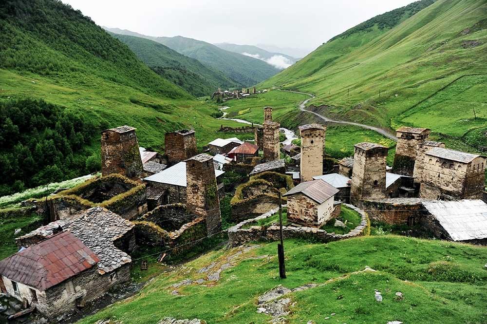Viele Familien leben in abgeschiedenen Bergdörfern, die oftmals nur mühsam zu erreichen sind. Aber gerade dort bleiben Traditionen erhalten und so wird ein Besuch des Bergdorfs zu einem unvergesslichen Erlebnis. Ushguli ist der höchstgelegene dauerhaft besiedelten Ort in Europa und Teil des UNESCO-Weltkulturerbe.