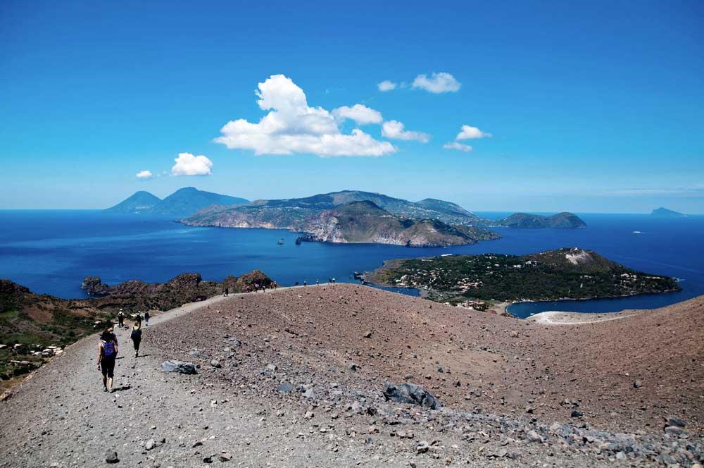 Wandern mit Blick auf Lipari und Salina