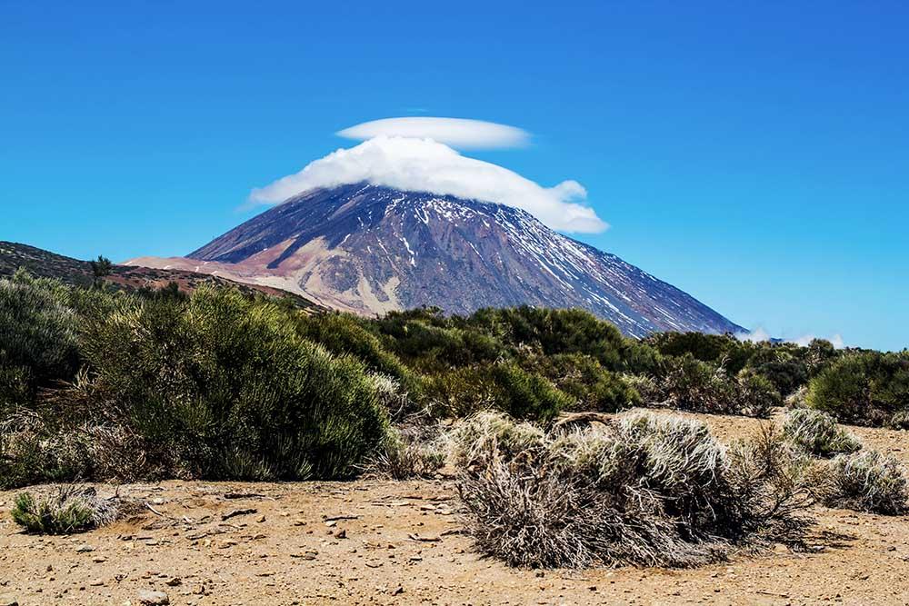 Vulkan vor blauem Himmel