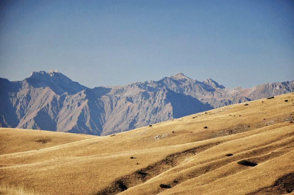 In der Ferne leuchtet die Korab Gebirgskette. Sie bildet die Grenze zu Albanien.