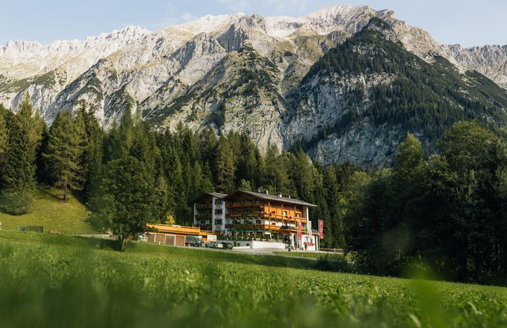 Hotel vor Bergkette