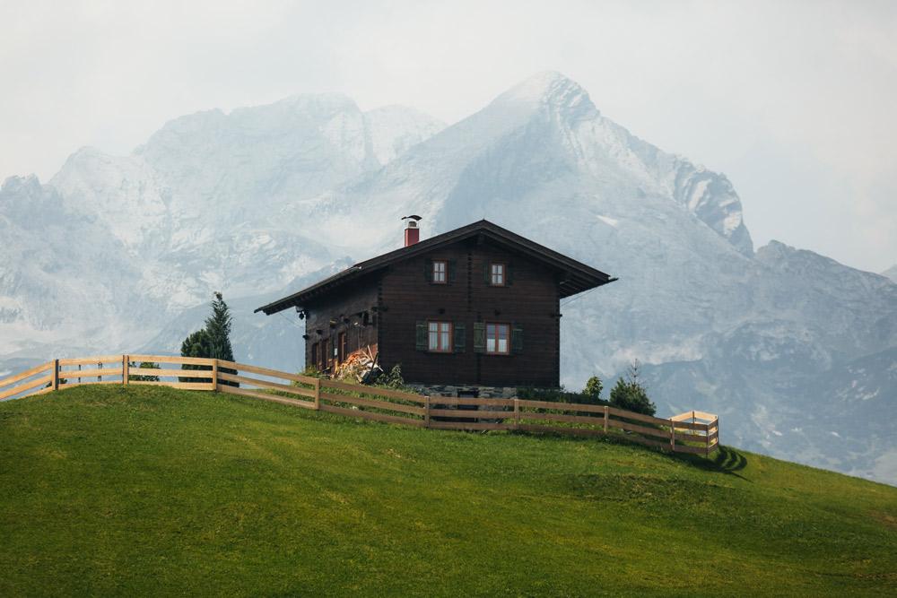 Hütte vor Bergwelt