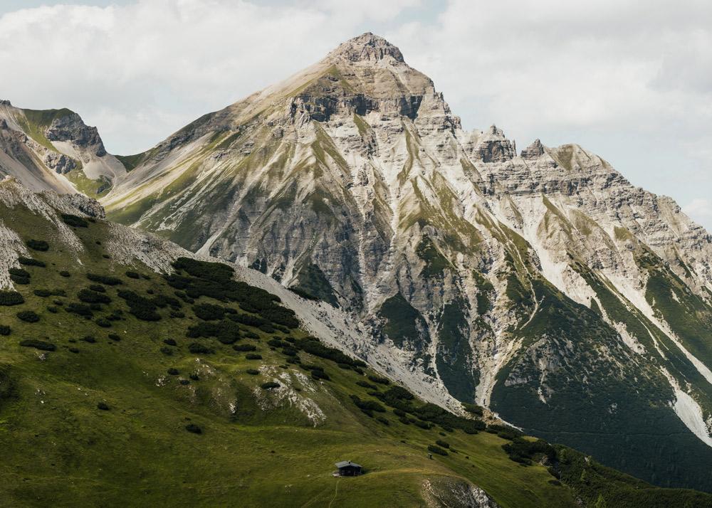 Berg mit Rinnen und Wiese