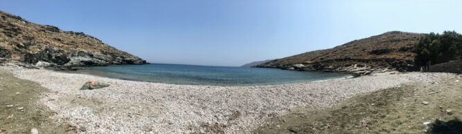 Panoramabild von Strand, kieseliger Boden, blaues Meehrwasser und Himmel