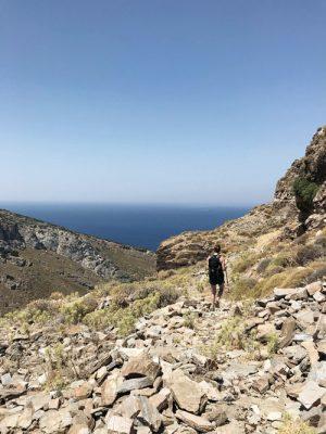Wanderin auf felsig hügeligem Gelände