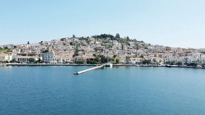 Weiße Häuser auf einer Insel, blauer Himmel.