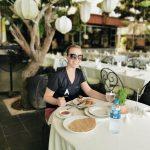 Blonde FRau in einem Restaurant am Tisch