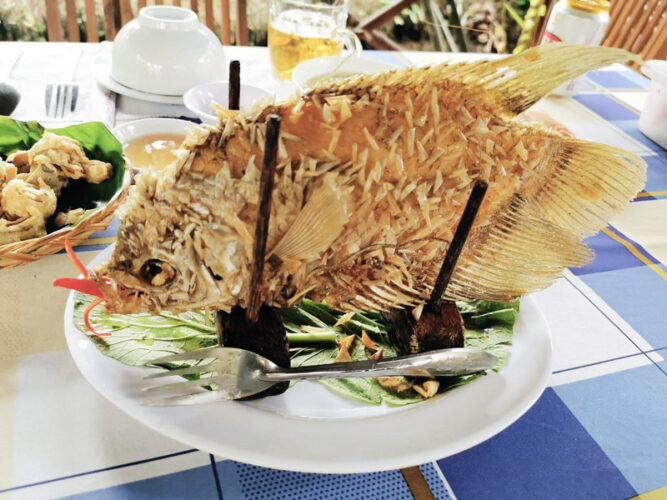 Frittierter Fisch auf einem Teller serviert