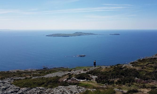 Blick vom Gipfel An Sgurr auf der Insel Eigg. Wir sehen die Insel Muck vor uns. Diese Inseln gehören zu den 4 kleinen Inseln vor Mallaig.