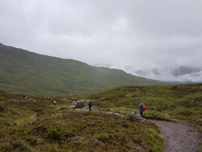 Nach dem Aufstieg über die Teufelstreppen geht es hinab in Richtung Kinlochleven auf dem West Highland Way.