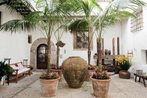 Innenhof Hotel mit Palmen