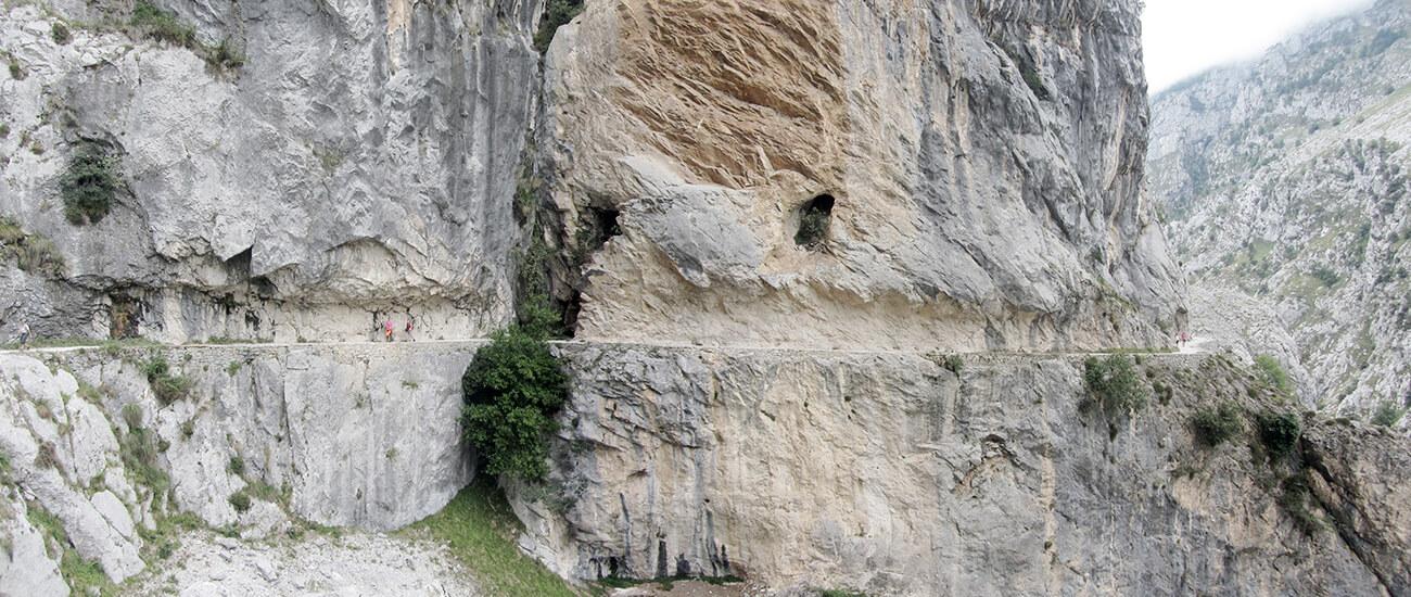 Wanderweg im Fels