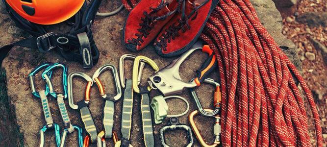 Typische Kletterausrüstung auf dem Boden bereitgelegt