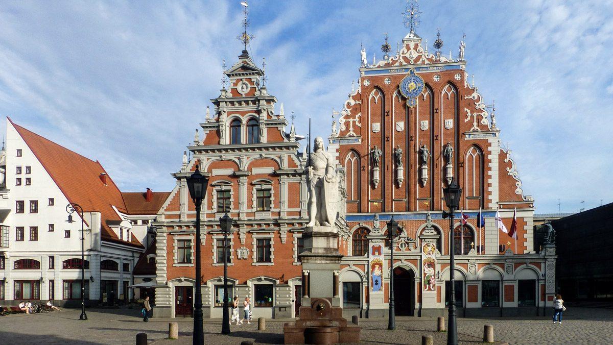 Haus aus rötlichen Backsteinziegeln im Barockstil