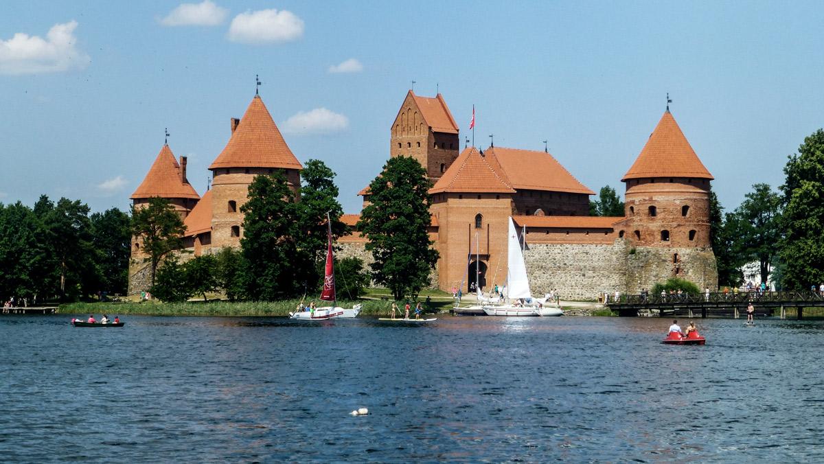 Burg auf Wasser mit blauem Himmerl im Hintergrund