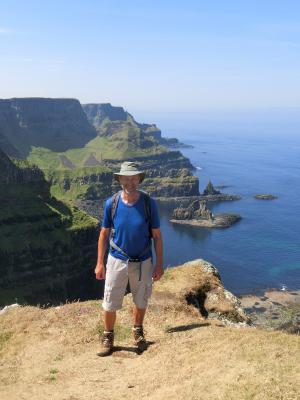 Musiker & ASI Gast Lutz E. vor den Klippen in Irland