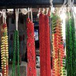 Bunte Perlenketten an einem Vordach aufgehängt