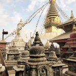Nepalesische Kulturstätten. Goldene Gebäude mit tibetischen Fahnen