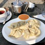 Typisch nepalesische Teigtaschen mit orangener Soße