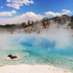 Blauer, dampfender See im Yellowstone Nationalpark. © Aidan B.