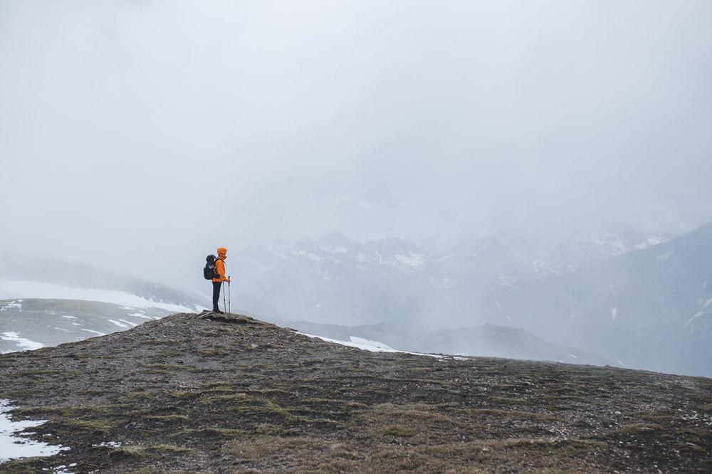 Wanderer vor nebeliger Berglandschaft