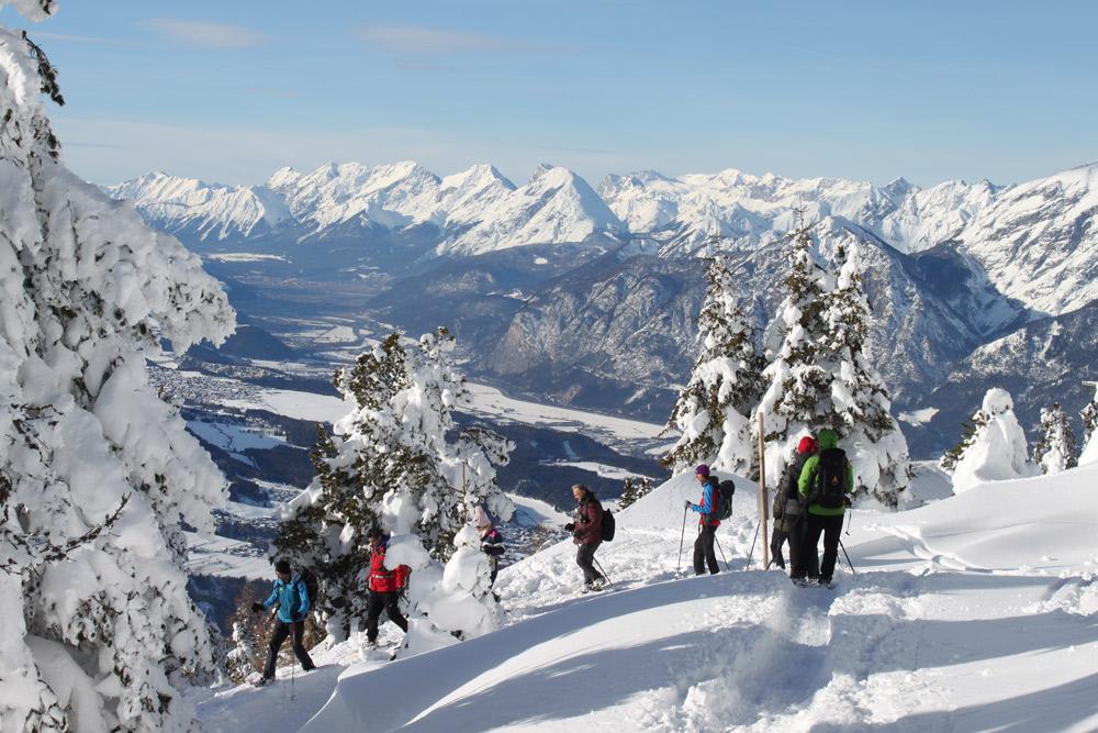 gruppe Schneeschuhwanderer über Inntal