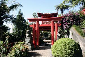 Rotes Tor zum asiatischen Garten